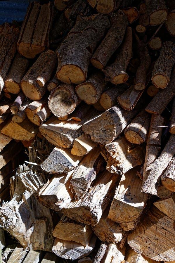 Bois de chauffage empilé pour la saison d'hiver photos libres de droits