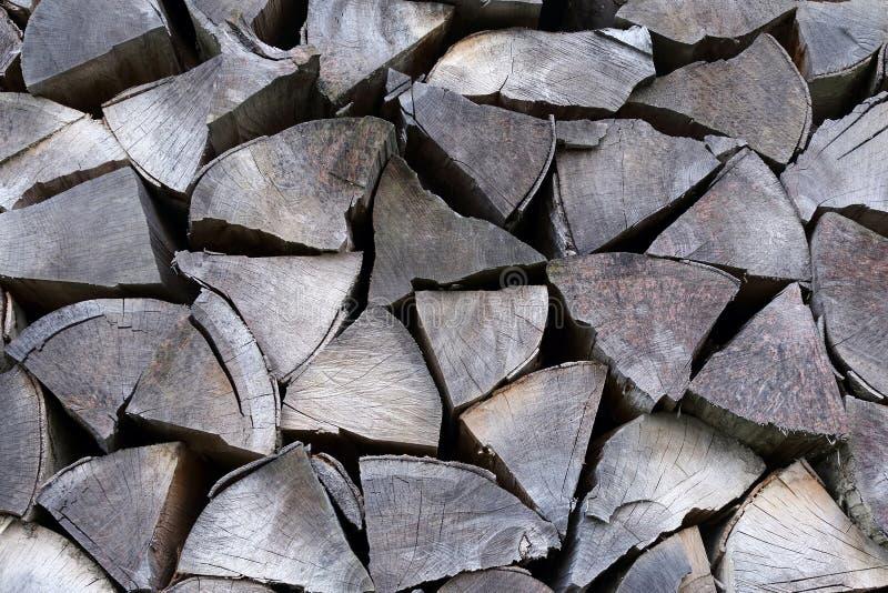 Bois de chauffage sec empilé dans une rangée photo stock