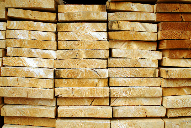 Bois de construction empilé. photo stock