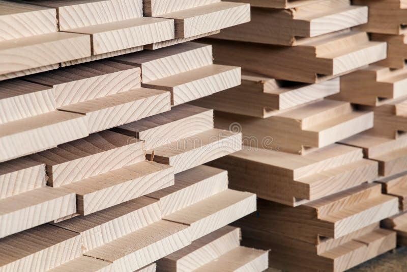 Bois de construction, matériau de construction en bois pour le fond et texture détaille la transitoire de production de bois prod photographie stock