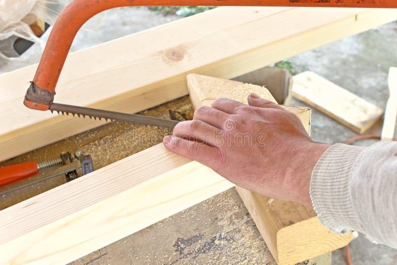 Bois de coupe avec une scie de main photo stock image du homme m tier 30389470 - Couper bois avec meuleuse ...