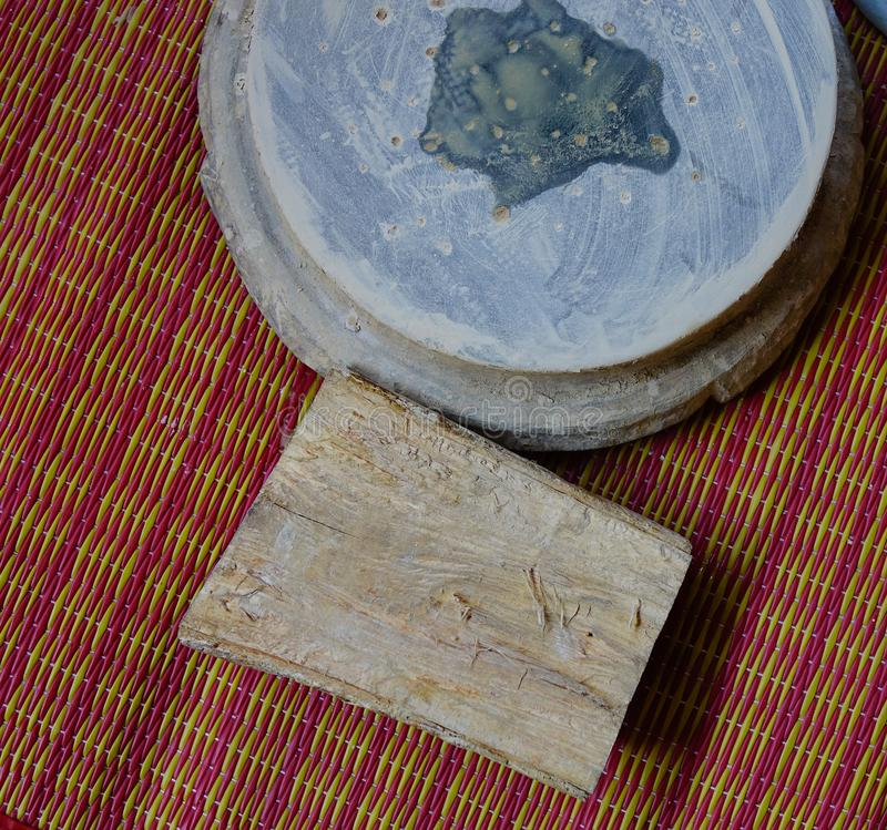 Bois de Thanaka et dalle de pierre de pyin de Kyauk image stock