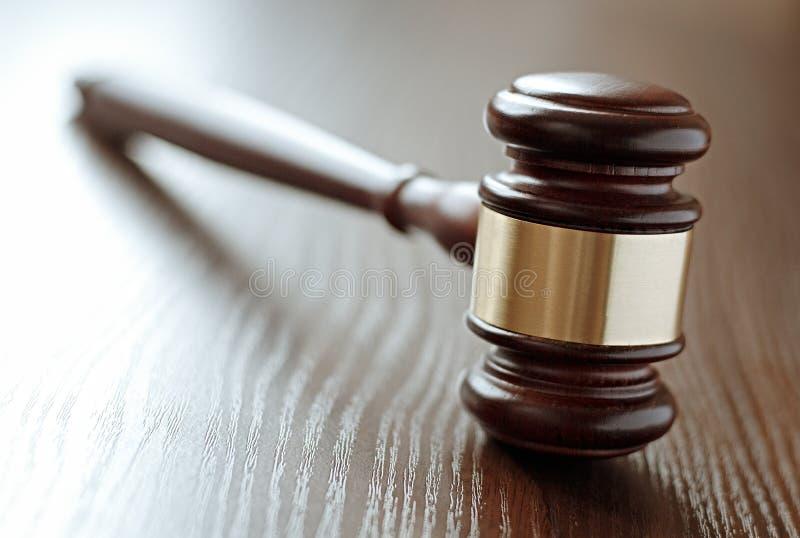 Bois et marteau de juges de laiton photo libre de droits