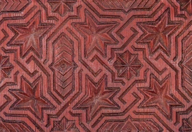 Bois géométrique marocain traditionnel découpant sur une porte image stock