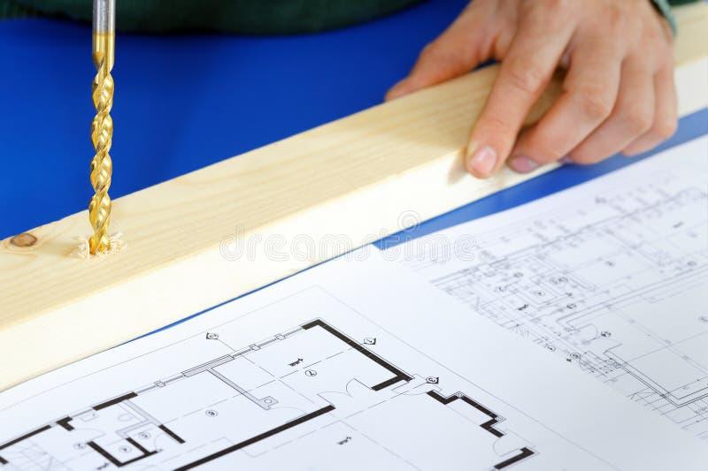Bois réel de perçage de charpentier avec la machine de foret photo libre de droits