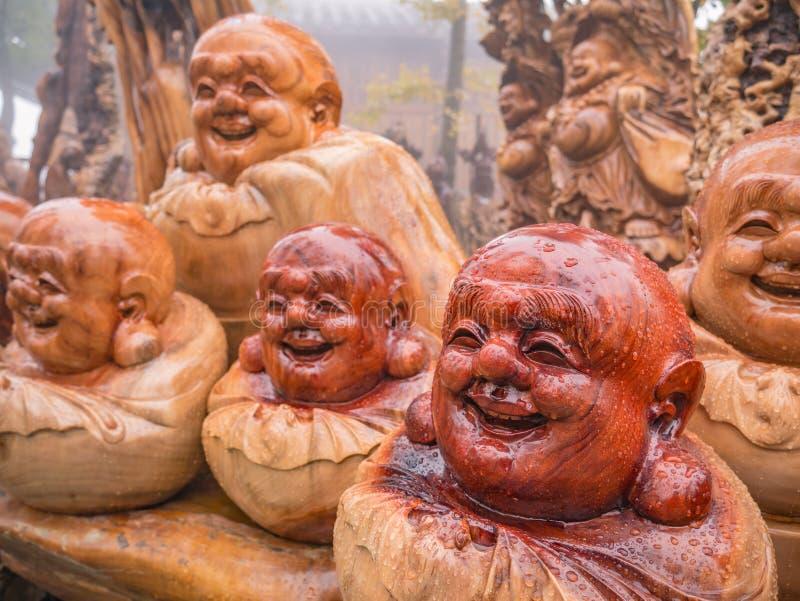 bois sculpté statue de Bouddha souriant avec goutte de pluie sur la statue de la montagne tianzi au Parc national de la forêt de  photo libre de droits