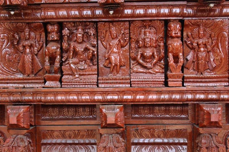 Bois très gentil découpant les statues ornementales sur la voiture indienne de temple photos libres de droits