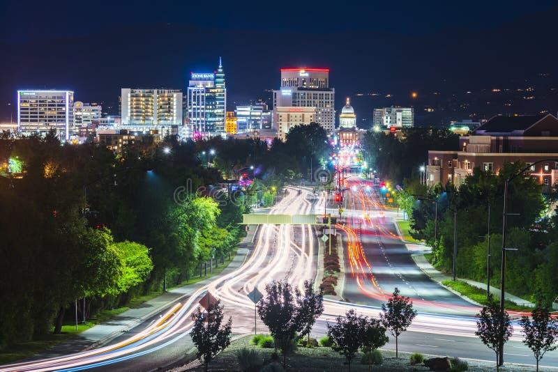 Boise, Idaho, de V.S. 2017/06/15: Boisecityscape bij nacht met traff royalty-vrije stock fotografie