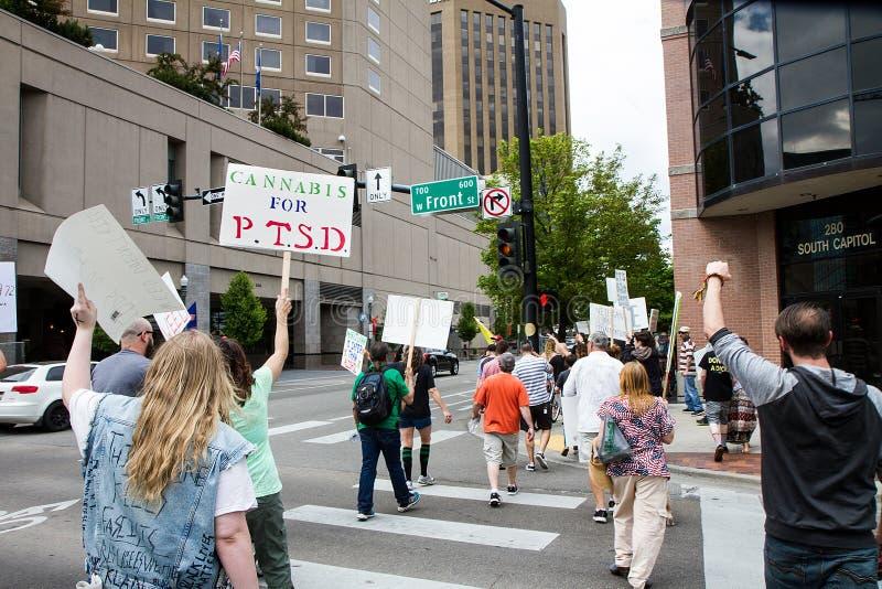 BOISE, IDAHO/USA - 7 MEI, 2016: Groepsgroep die de straat op hun Maart kruisen aan het kapitaal royalty-vrije stock afbeelding