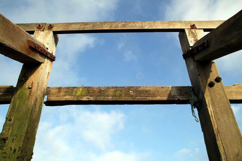 Boisez la structure de brise-lames sur la plage de bardeau, le tir symétrique a images stock