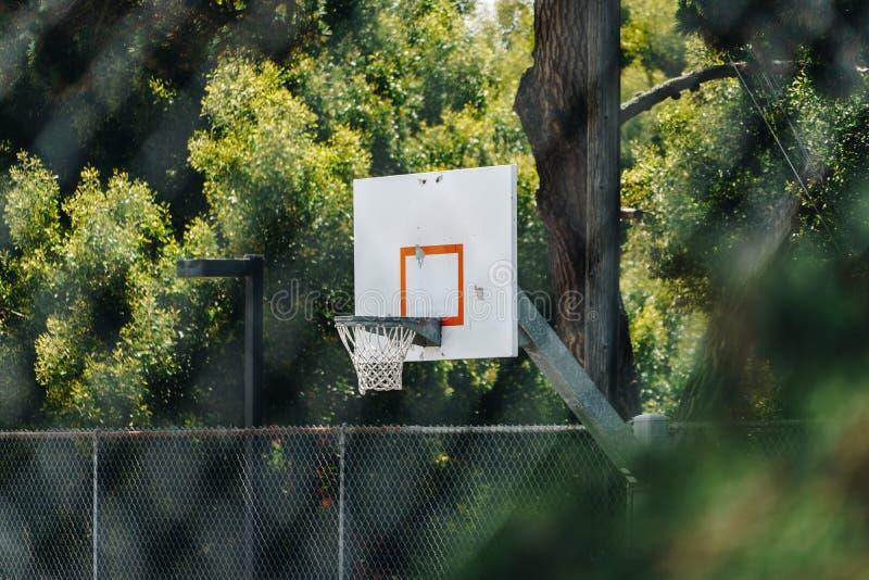 Boisko do koszykówki plenerowy na górze wzgórza obrazy royalty free