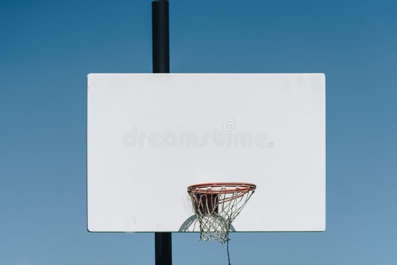 Boisko do koszykówki plenerowy na górze wzgórza zdjęcie royalty free