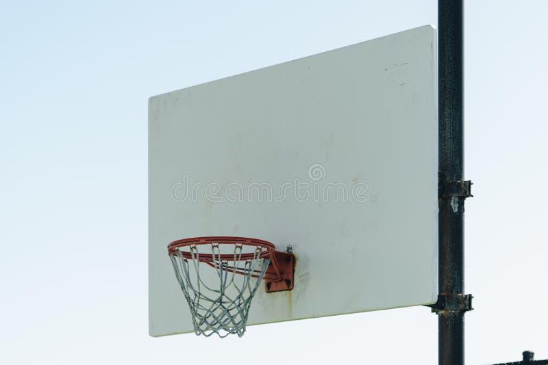 Boisko do koszykówki plenerowy na górze wzgórza fotografia stock