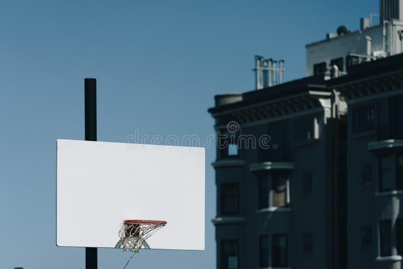 Boisko do koszykówki plenerowy na górze wzgórza obraz royalty free
