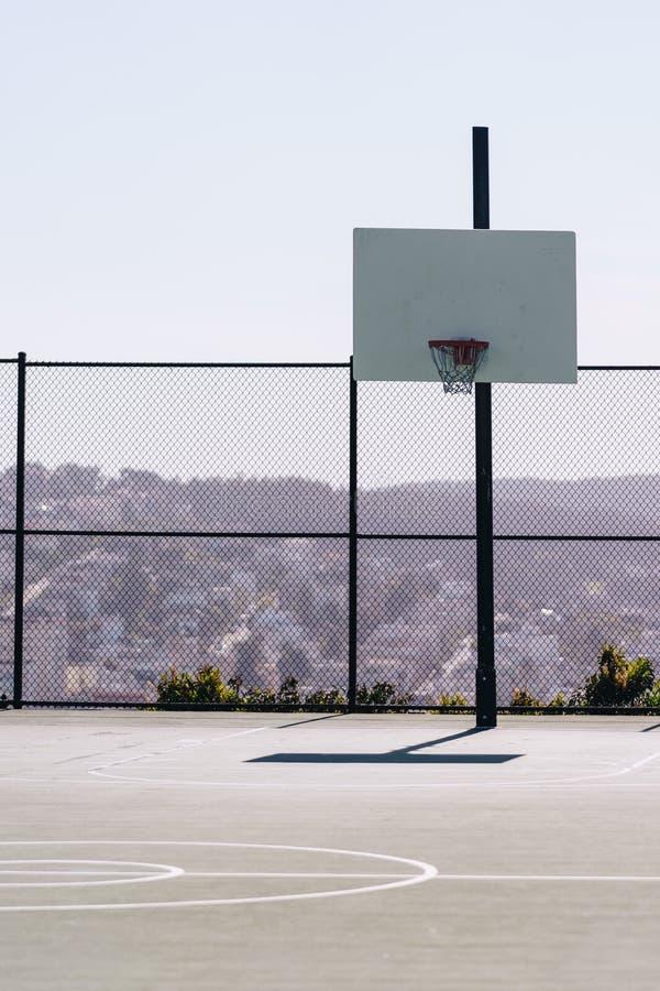 Boisko do koszykówki plenerowy na górze wzgórza obraz stock