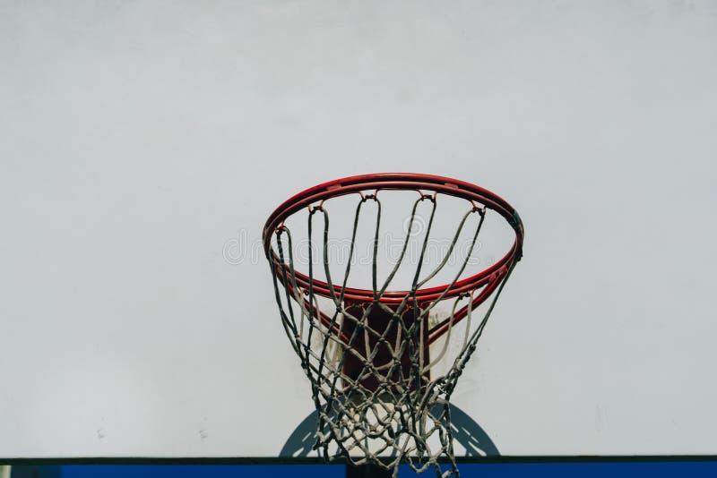 Boisko do koszykówki plenerowy na górze wzgórza fotografia royalty free