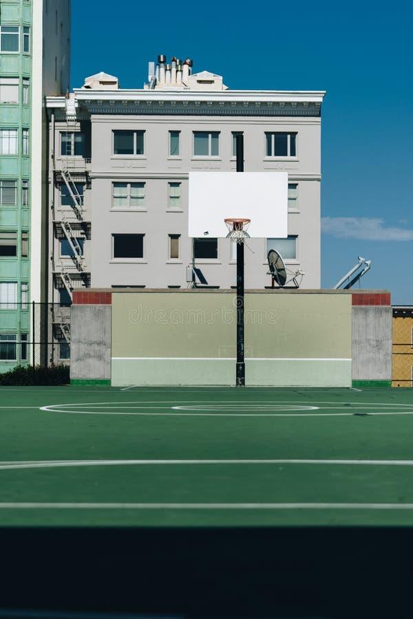 Boisko do koszykówki plenerowy na górze wzgórza zdjęcie stock