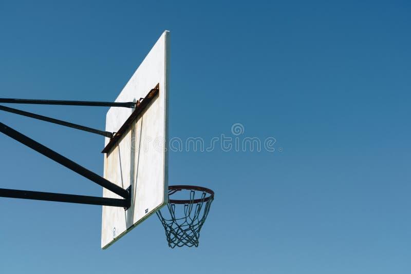 Boisko do koszykówki plenerowy na górze wzgórza zdjęcia royalty free