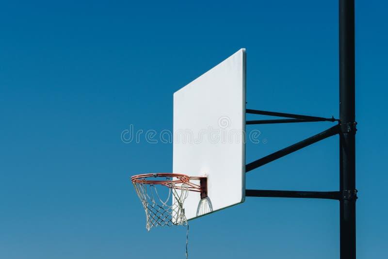 Boisko do koszykówki plenerowy na górze wzgórza zdjęcia stock