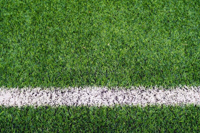 Boisko do piłki nożnej trawa z pomarańczową ceglaną platformą obraz royalty free