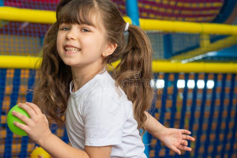 Boisko z balową jamą salową Radosny dzieciak ma zabawę przy salowym sztuki centrum Dziecko bawić się z kolorowymi piłkami w boisk obrazy royalty free