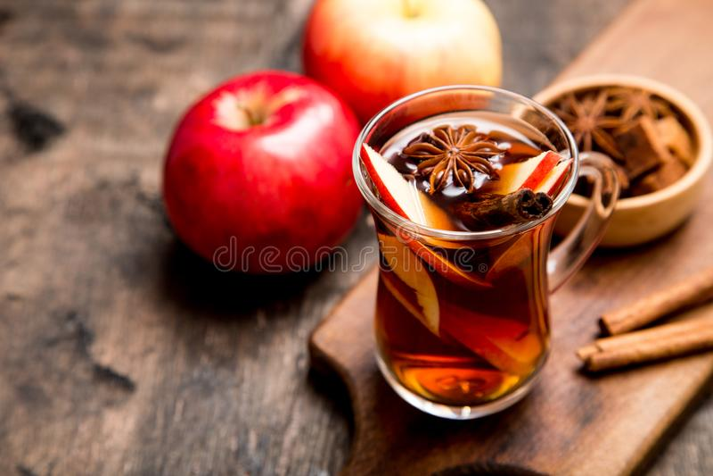 Boisson épicée chaude Thé chaud de pomme de boissons, poinçon avec de la cannelle s photo stock