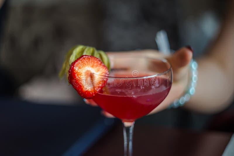 Boisson alcoolisée avec la fraise photographie stock libre de droits