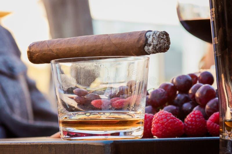 Boisson alcoolisée et cigare photographie stock libre de droits