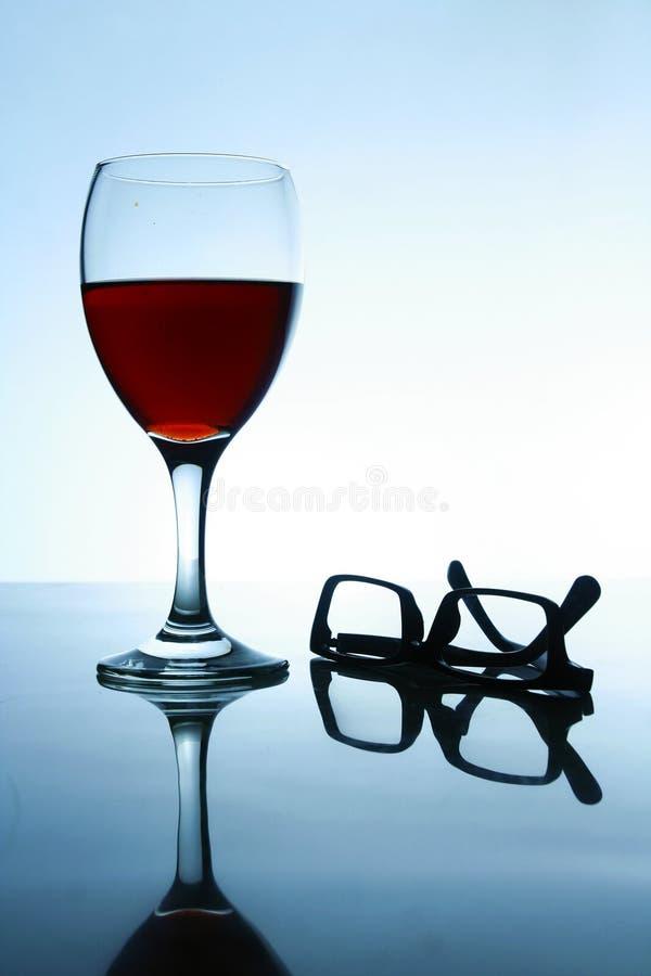 Boisson alcoolisée et une paire de lunettes image libre de droits