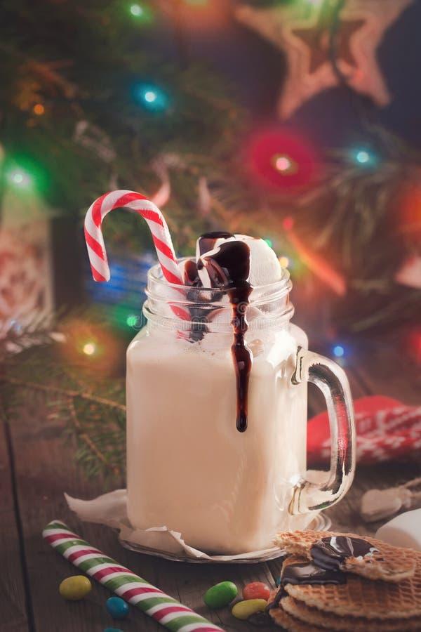 Boisson au lait de Noël avec des guimauves photographie stock