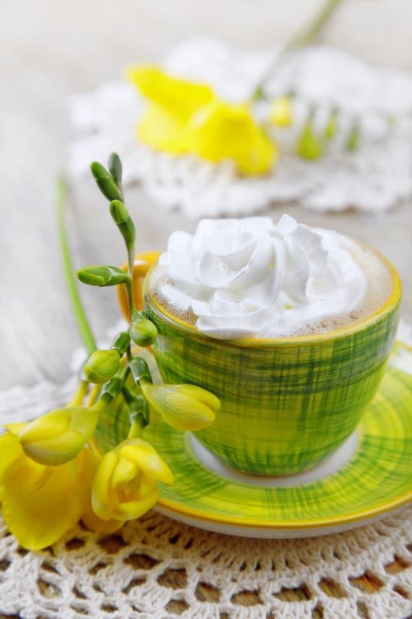 Boisson avec les fleurs fouettées de crème et de fresia photo stock