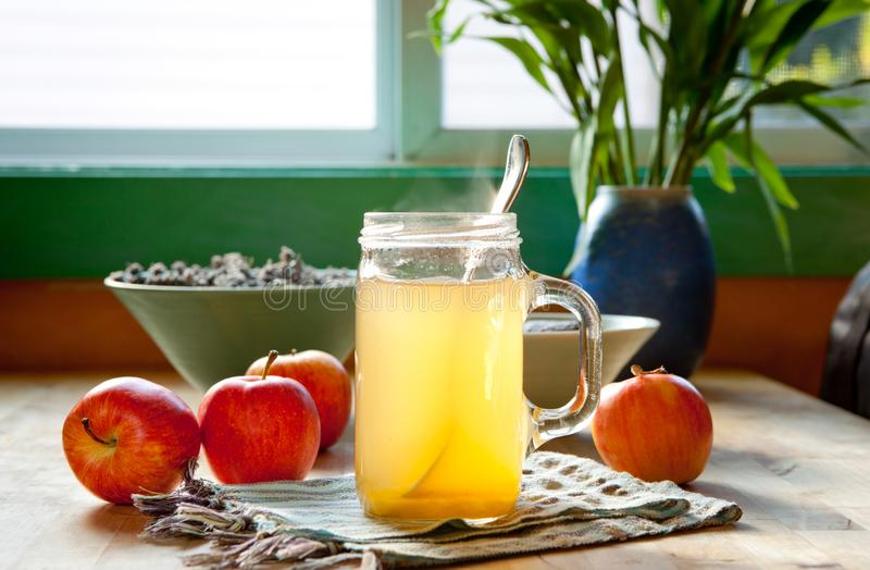 Boisson chaude au vinaigre et de miel de cidre de pomme photo stock