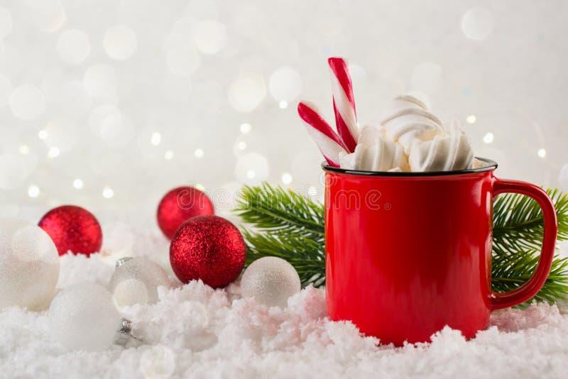 Boisson chaude d'hiver, cacao avec des guimauves ou chocolat chaud épicé dans la tasse rouge Fond de fête de cru photographie stock