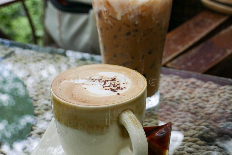 Boisson chaude de café de cappuccino avec l'art de latte photographie stock