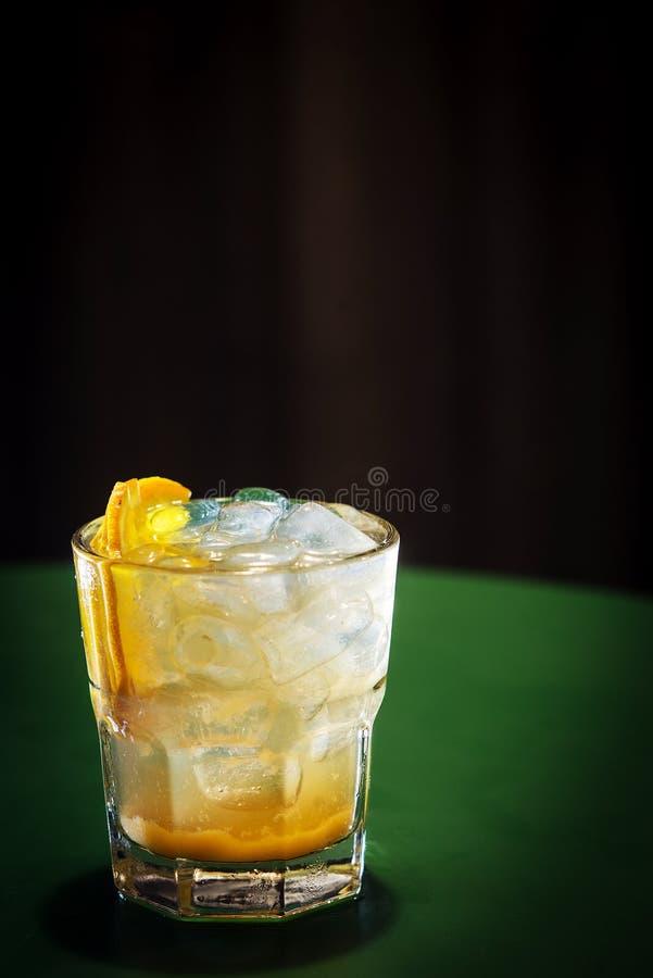 Boisson classique de cocktail de vodka et de tournevis orange image stock