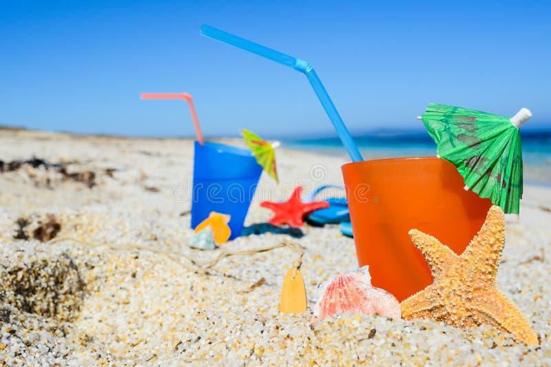 Boisson d'été sur la plage image stock