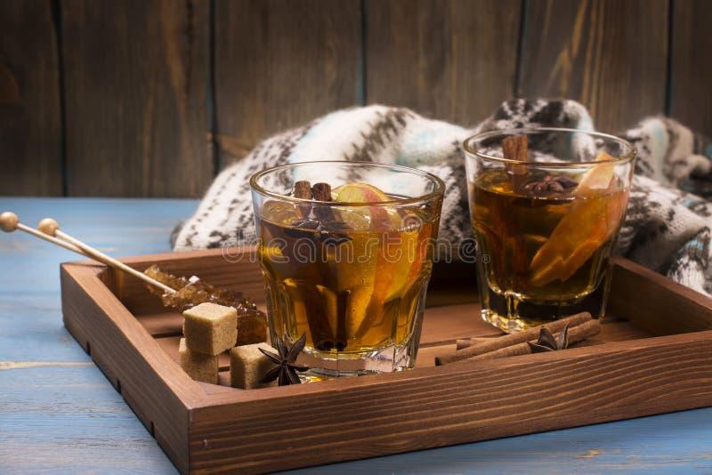 Boisson d'hiver Chauffez le cidre de pomme chauffé avec des épices photos stock