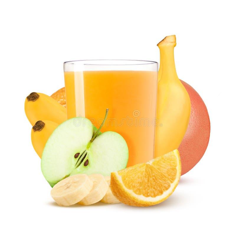 Boisson d'isolement Verre de jus d'agrumes frais et de fruits coupés d'isolement sur le fond blanc images stock