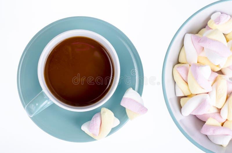 Boisson de cacao avec des guimauves sur le fond blanc photos libres de droits