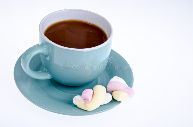 Boisson de cacao avec des guimauves sur le fond blanc photo stock