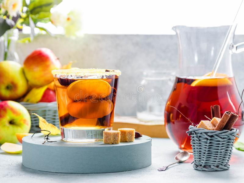 Boisson de cidre d'Apple, cocktail chaud avec des bâtons de cannelle et tranches de pomme Thé avec des épices Humeur confortable  images stock