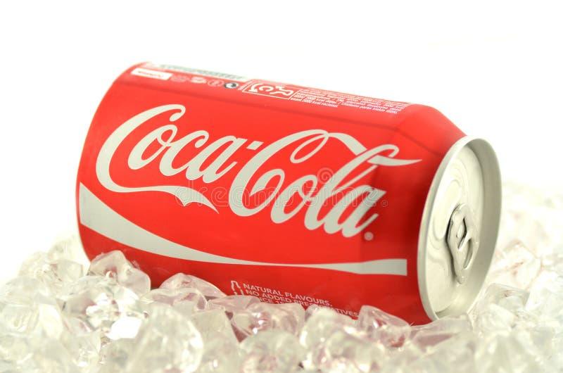 Boisson de Coca-Cola dans une boîte sur la glace d'isolement sur le fond blanc photographie stock libre de droits