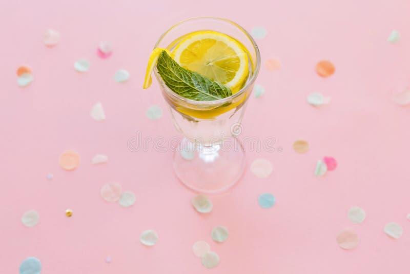 Boisson de cocktail de Mojito sur le fond de papier rose à la mode avec le confe photographie stock libre de droits