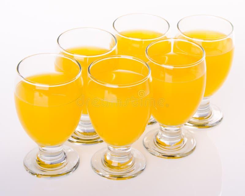 Boisson de fruit en verres sur le blanc photo stock