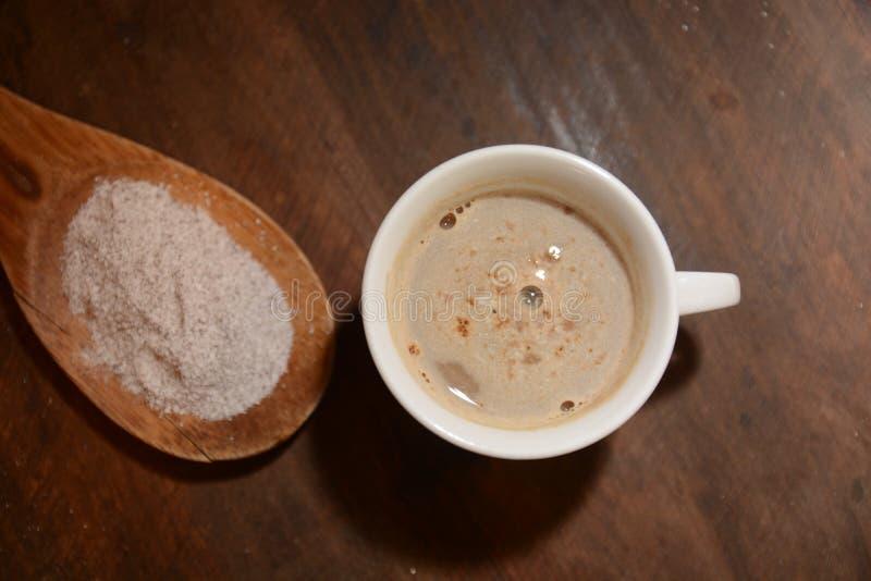 Boisson de ginseng et de café dans la tasse sur les boissons en bois de table image stock