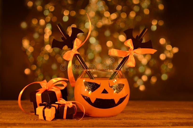 Boisson de Halloween avec des cadeaux dans la lueur d'une bougie image libre de droits