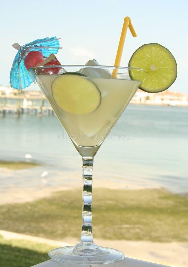Boisson de jus de citron par le bord de la mer photographie stock libre de droits