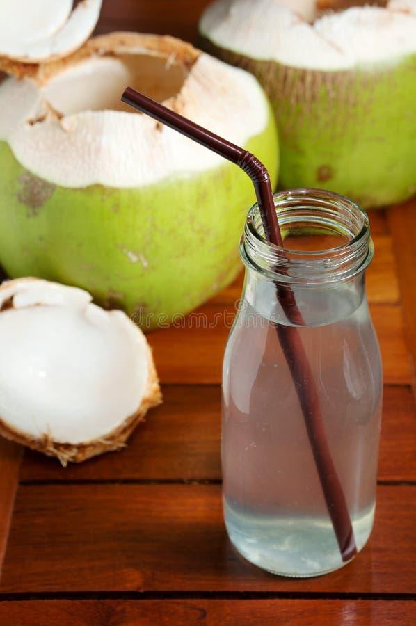 Boisson de l'eau de noix de coco photos libres de droits