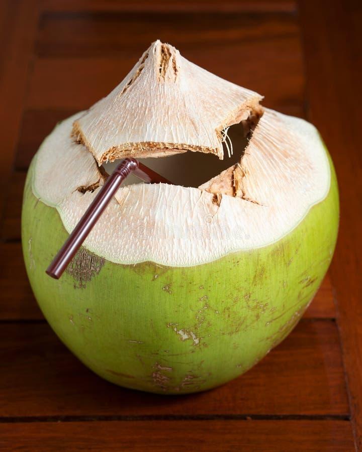 Boisson de l'eau de noix de coco image stock