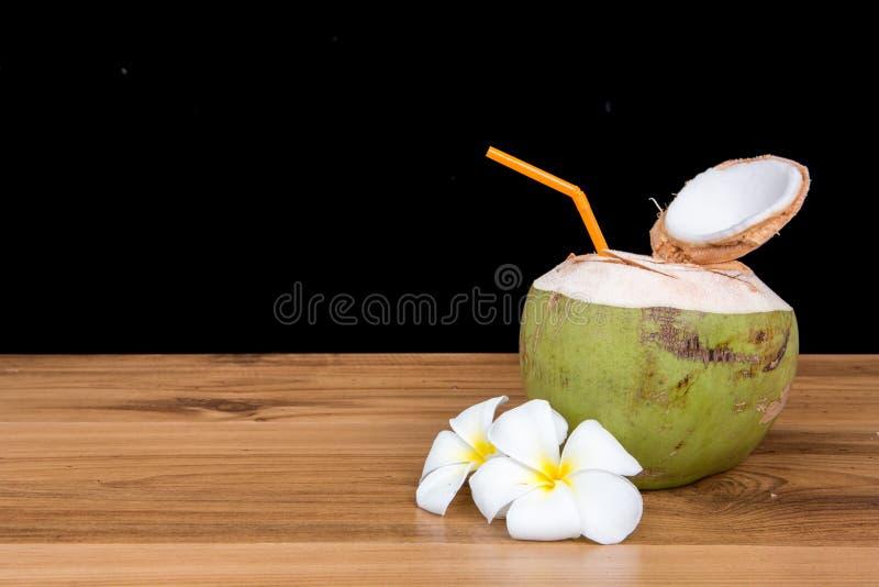 Boisson de l'eau de noix de coco photographie stock
